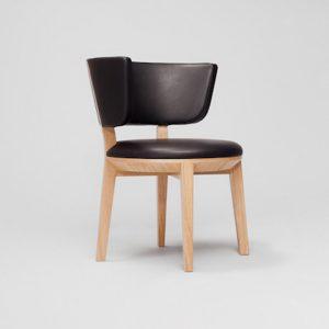 drewniane wygodne krzesło do salonu
