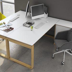 drewniane biurko na płosie