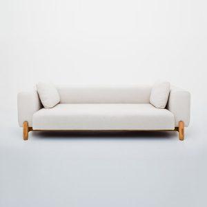 sofa na drewnianych nogach domokoncept